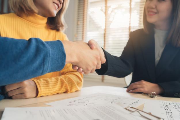 feliz jovem par asiatico e corretor de imoveis agente 7861 1037 - Como empresas podem se beneficiar com a produção de conteúdo
